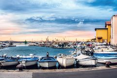 Jetty dla cumowniczych łodzi rybackich i jachtów na Śródziemnomorskim wybrzeżu przy świtem Słowenia piran Obraz Stock
