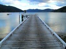 Jetty na jeziorze przy królowej Charlotte śladem, Nowa Zelandia Zdjęcia Stock