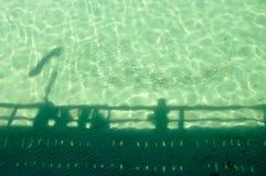 Jetty sylwetka z szkołą ryba Fotografia Stock