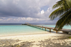 Jetty to a little tropical island. In the turquoise indian ocean, maldives, way to a travel destination Stock Photography