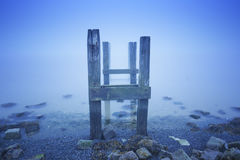 Jetty w morzu na mgłowym ranku przy świtem Zdjęcia Royalty Free