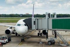 Jetway à un avion dans l'aéroport Images stock