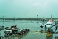 Jetway για τους επιβιβαμένος επιβάτες που συνδέονται με το αεροπλάνο Changi Α Στοκ φωτογραφία με δικαίωμα ελεύθερης χρήσης