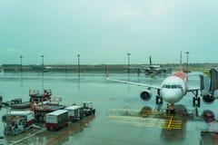 Jetway για τους επιβιβαμένος επιβάτες που συνδέονται με το αεροπλάνο Changi Α Στοκ Εικόνα