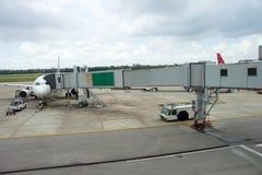 Jetway aan een vliegtuig in luchthaven Royalty-vrije Stock Foto's