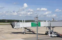 Jetway attendant un avion pour arriver à la piste de roulement Photos libres de droits