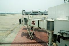 Jetway attendant un avion pour arriver Images libres de droits