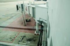 Jetway attendant un avion pour arriver Image stock