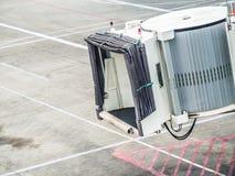 Jetway attendant un avion pour arriver au boardin de terminal d'aéroport Photos libres de droits