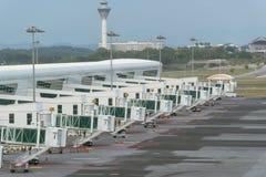 Jetway attendant un avion pour arriver sur l'aéroport Photos libres de droits