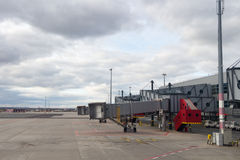 Jetway attendant un avion pour arriver sur l'aéroport Photos stock