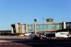 Jetway attendant un avion pour arriver sur l'aéroport Image libre de droits