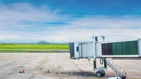 Jetway attendant un avion pour arriver sur l'aéroport Porte d'embarquement de terminal d'aéroport Image stock