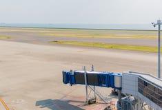 Jetway attendant un avion pour arriver sur l'aéroport termina d'aéroport Photo libre de droits