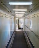 Jetway, caminando hacia el avión, foco selectivo Foto de archivo
