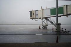 Jetway während des Regens Lizenzfreie Stockbilder