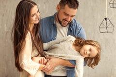 jeu à la maison heureux de famille la fleur de jour donne à des mères le fils de momie à Photo stock