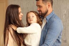 jeu à la maison heureux de famille la fleur de jour donne à des mères le fils de momie à Images stock