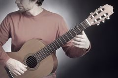 Jeu acoustique de guitare de musicien de guitariste Guitariste classique jouant le guit acoustique Image stock