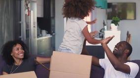 Jeu africain de famille avec la fille célébrant le déplacement à la nouvelle maison banque de vidéos