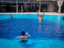 Jeu amical de polo dans la piscine bleue d'un hôtel cinq étoiles Photos libres de droits