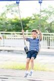 Jeu asiatique de garçon avec l'oscillation avec l'oscillation photos stock