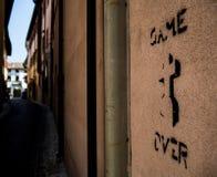 Jeu au-dessus de pinceau sur un mur à Rimini Italie photos stock