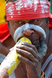 Jeu australien indigène indigène d'homme sur Didgeridoo dans Sydne Image stock