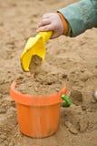 Jeu avec le sable Photographie stock libre de droits