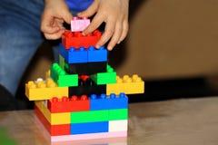 Jeu avec Lego photo libre de droits