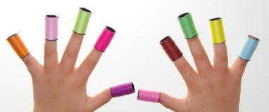 Jeu avec les couleurs et les mains Image stock