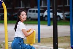 Jeu chinois asiatique d'étudiant sur le terrain de jeu Photos stock