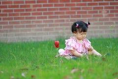 Jeu chinois mignon de bébé sur la pelouse Images libres de droits