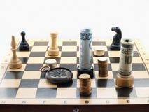 Jeu d'échecs avec de l'argent Photographie stock libre de droits