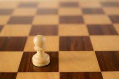 Jeu d'échecs en bois, gage blanc à bord Photographie stock libre de droits