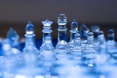 Jeu d'échecs en verre, roi avec la reine, tons bleus Photographie stock