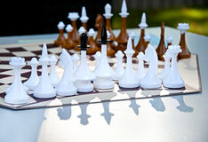 Jeu d'échecs pour trois joueurs Pièces d'échecs sur le conseil hexagonal Images stock