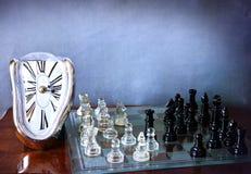 Jeu d'échiquier et horloge comme Dali Images libres de droits