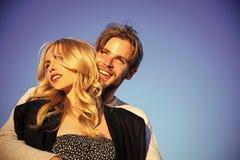 Jeu d'amour sensuel Couples dans l'amour famille ou couples dans l'amour sur le ciel bleu, amour, avenir Image stock