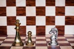 Jeu d'?checs Bravez le chevalier que le support confrontent des ennemis Strat?gie commerciale et concept concurrentiel photo stock