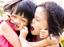 Jeu d'enfant de mêmes parents Photographie stock libre de droits