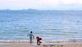 Jeu d'enfant deux sur la plage Belle mer Photographie stock libre de droits