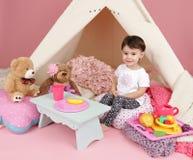 Jeu d'enfant : Feignez la nourriture, les jouets et la tente de tipi photos stock