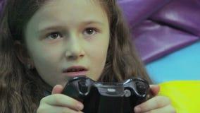 Jeu d'enfant heureux de jeune mère, dépendance de jeu vidéo, déchets de temps clips vidéos