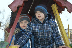 Jeu d'enfants au printemps dans le terrain de jeu Photographie stock libre de droits
