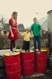 Jeu d'enfants aux tambours de décharge photos libres de droits