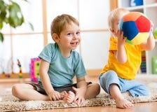 Jeu d'enfants avec la boule d'intérieur Photo libre de droits