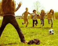 Jeu d'enfants avec la boule dehors au printemps Image libre de droits