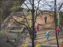 Jeu d'enfants dans la cour kindergarten photographie stock libre de droits