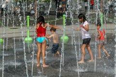 Jeu d'enfants dans la fontaine Image libre de droits